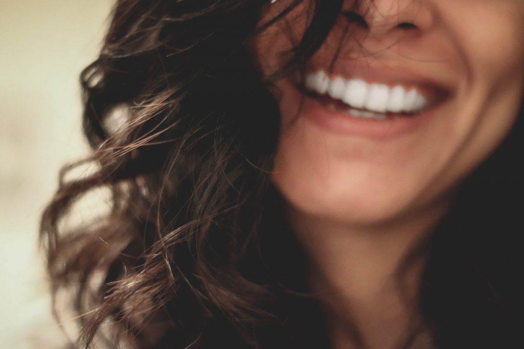 Lächeln mit weißen Zähnen
