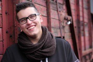 Lächelnder Junge ohne schiefe Zähne